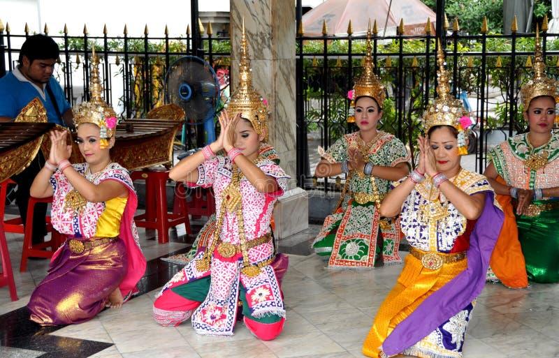 Bangkok, Tailandia: Danzatori del santuario di Erawan immagini stock libere da diritti