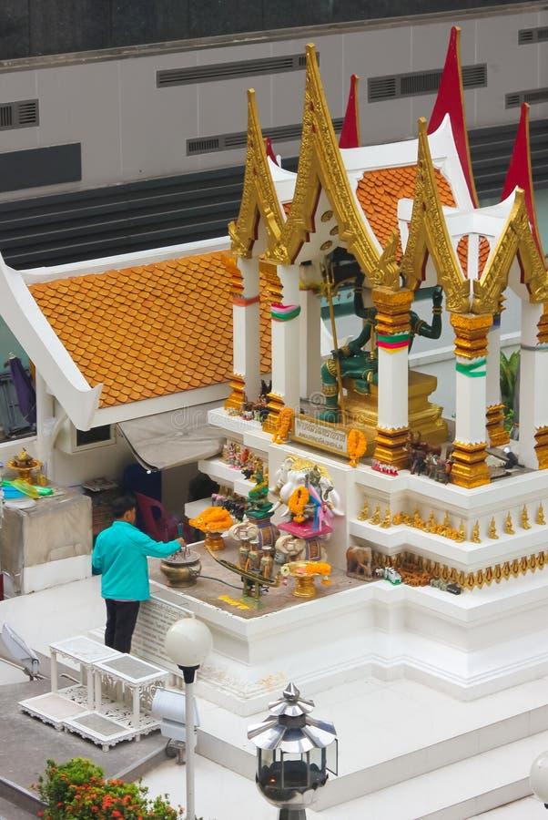 Bangkok, Tailandia - 31 de abril de 2014 Hombre que hace un ofrecimiento en la capilla de Amarindradhiraja en la ciudad de Bangko imagenes de archivo