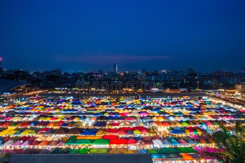 BANGKOK, TAILANDIA - 6 de abril de 2018: Opinión de la noche del mercado Ratchada de la noche del tren Entrene al mercado Ratchad fotos de archivo libres de regalías