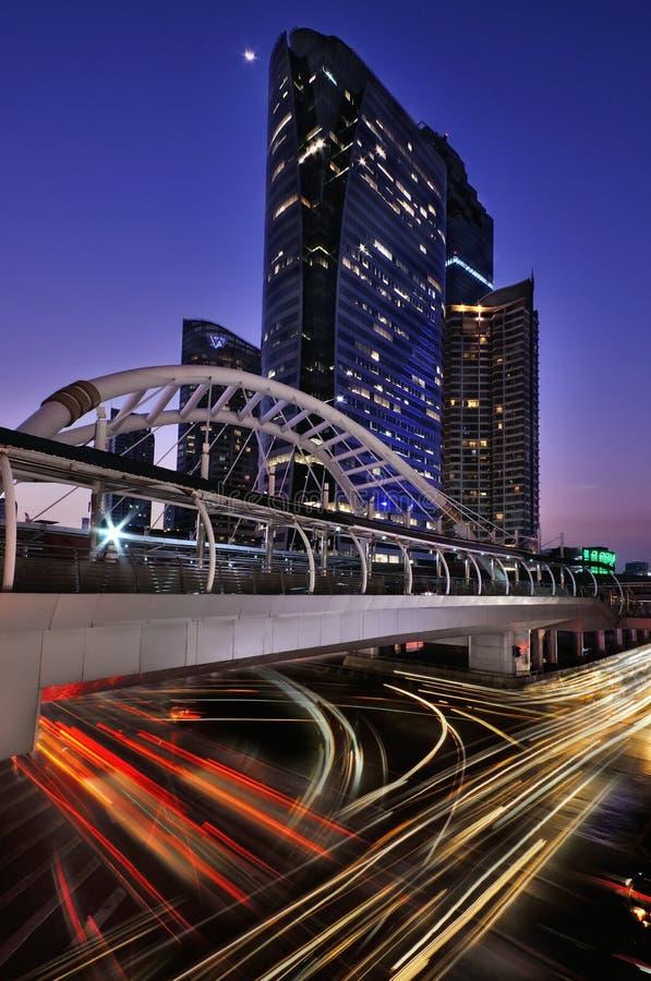 BANGKOK TAILANDIA - 11 de abril: Tiempo y traffin crepusculares el centro de la área comercial de Bangkok el 11 de abril de 2016  fotografía de archivo libre de regalías