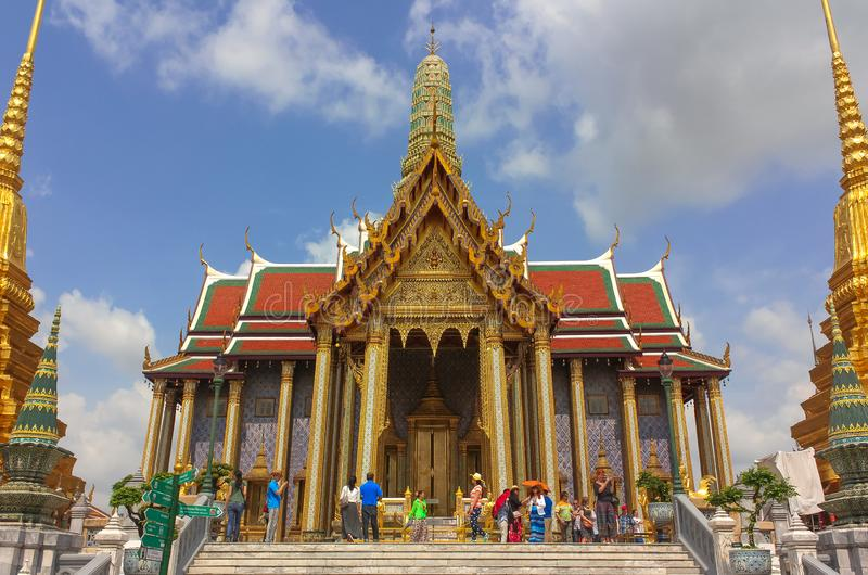 Bangkok, Tailandia - 29 de abril de 2014 Turistas en el templo de Emerald Buddha, Bangkok, Tailandia fotografía de archivo libre de regalías