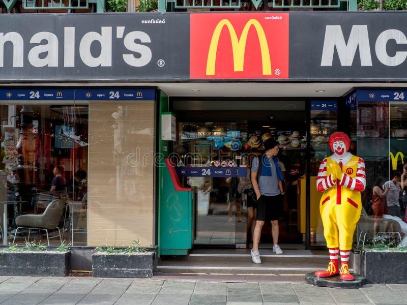 Bangkok, Tailandia - 19 de agosto de 2018: Ciérrese para arriba de Ronald McDonalds delante del restaurante de mcdonald en el cam imagen de archivo libre de regalías