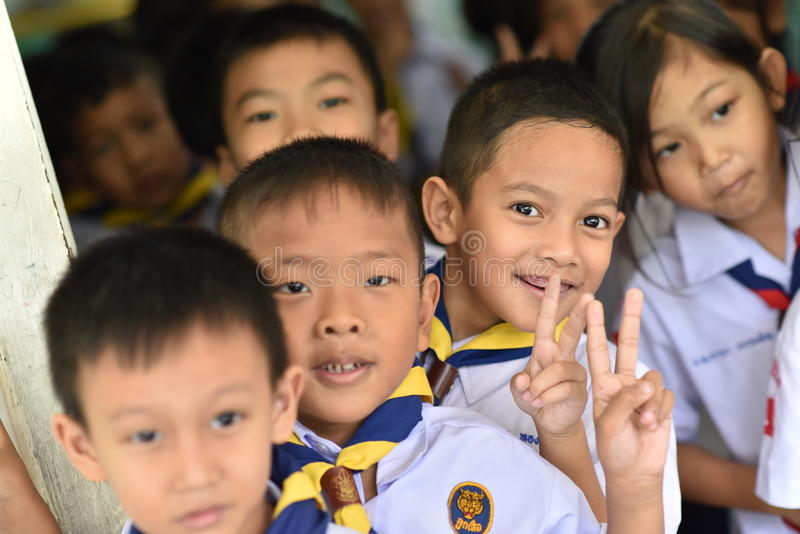 BANGKOK TAILANDIA - 23 de agosto de 2017: El grupo de niños de la guardería o de estudiantes jovenes sea fingeres felices de la s imagen de archivo libre de regalías