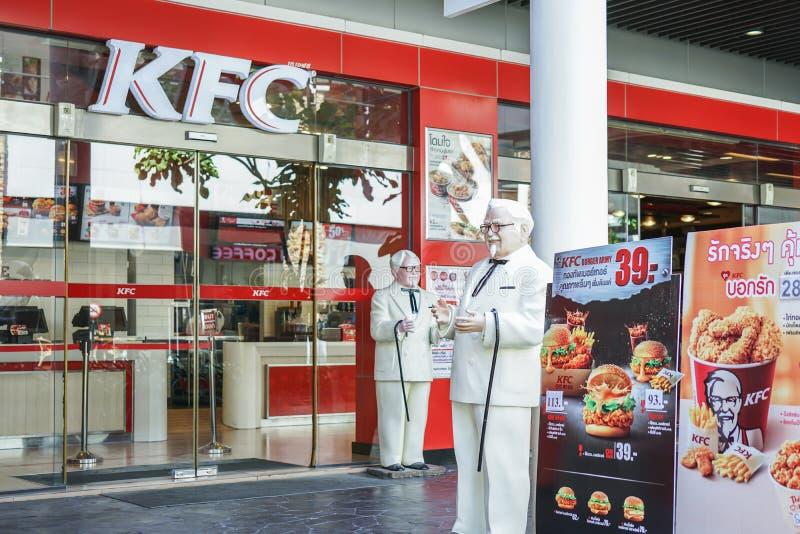BANGKOK, TAILANDIA 22 de agosto de 2017: Estatua de coronel Harland Sanders que se coloca delante de restaurante del pollo frito  imagen de archivo