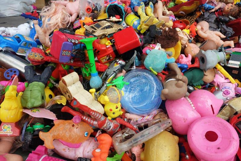BANGKOK, TAILANDIA - 25 de agosto de 2018 la pila de juguetes plásticos del ` s de los niños rotos o el daño se descarga en la 2d foto de archivo