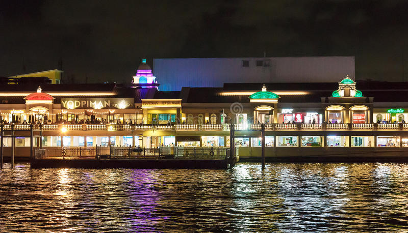 Bangkok, Tailandia - 27 de agosto: Luz del paseo del río de Yodpiman en la opinión de la noche del río de Chaopraya el 27 de agos foto de archivo libre de regalías