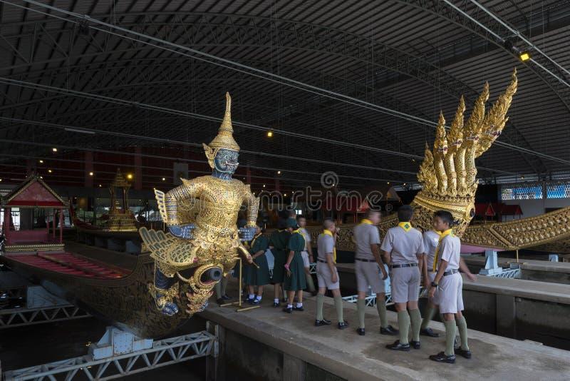 Bangkok, Tailandia - 12 de agosto de 2017: Real tailandés barges adentro el Museo Nacional de gabarras reales, Bangkok, T fotos de archivo libres de regalías