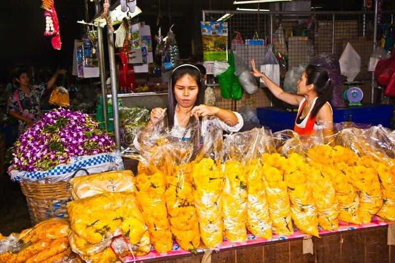 Cabina de ventas con las dependientas en el mercado Pak Khlong Thalat de la flor en Bangkok imagenes de archivo
