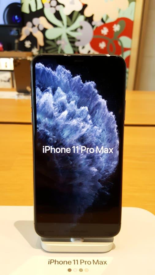 BANGKOK, TAILANDIA - 13 DE DICIEMBRE DE 2019: iPhone 11Pro Max se muestra en la mesa de madera en la tienda de Apple Iconsiam imagenes de archivo
