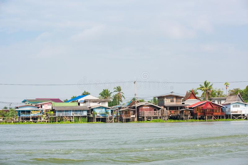 Bangkok, Tailandia - 20 de enero de 2016: Casa a lo largo de Chao Phra Ya River en Bangkok, Tailandia Una visita a Bangkok no ser foto de archivo libre de regalías
