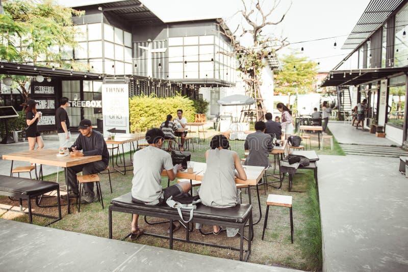 BANGKOK, TAILANDIA - 22 DE ENERO DE 2017: Un relaxi indefinido de la gente imagenes de archivo