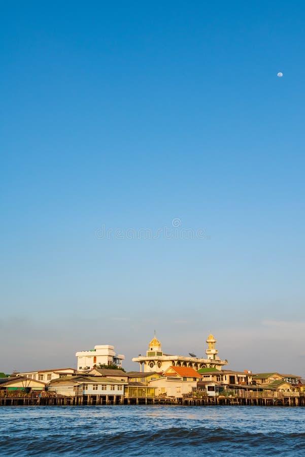 Bangkok, Tailandia - 20 de enero de 2016: Mezquita y luna con a lo largo de Chao Phra Ya River Una visita a Bangkok no ser?a comp fotos de archivo