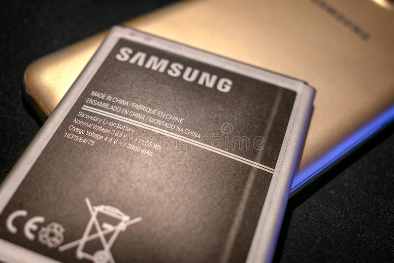 BANGKOK, TAILANDIA - 2 DE ENERO DE 2018: Una batería recargable del litio desprendible de Samsung colocada en un teléfono móvil imagen de archivo
