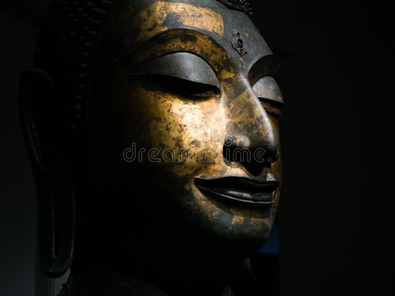 Bangkok, Tailandia - 23 de febrero de 2019: Cierre encima de la cabeza sólida antigua tailandesa de Buda, cara de bronce antigua  imagen de archivo libre de regalías