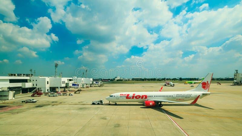 BANGKOK, TAILANDIA: 4 de febrero de 2017 - el aeropuerto internacional y el avión de DONMUEANG se preparan para sacan fotografía de archivo libre de regalías