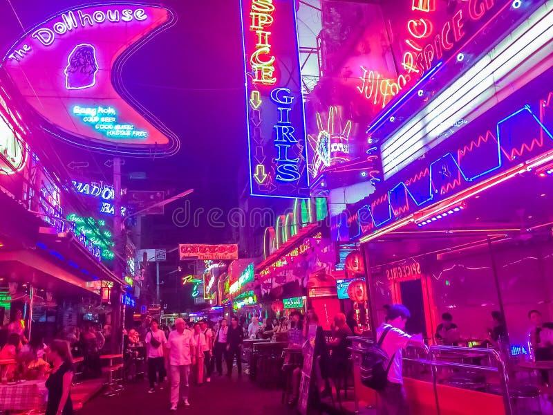 Bangkok, Tailandia - 21 de febrero de 2017: El turista visitó a Soi Cowbo fotos de archivo
