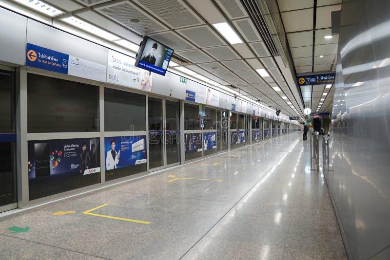 Bangkok, TAILANDIA - 18 de febrero de 2018: Los pasajeros que dan une vuelta para una plataforma del transporte en la Bangkok Tai imágenes de archivo libres de regalías
