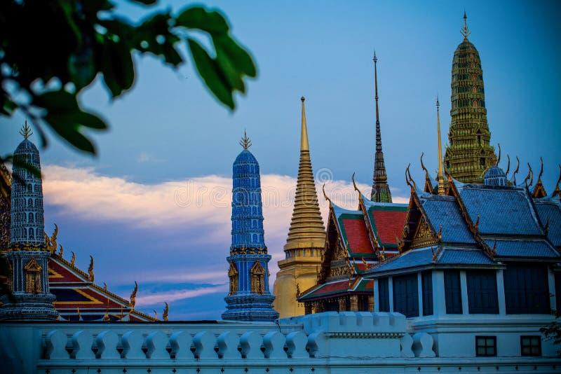 BANGKOK, TAILANDIA - 18 DE FEBRERO DE 2011: Puesta del sol del palacio magnífico de Tailandia fotos de archivo libres de regalías