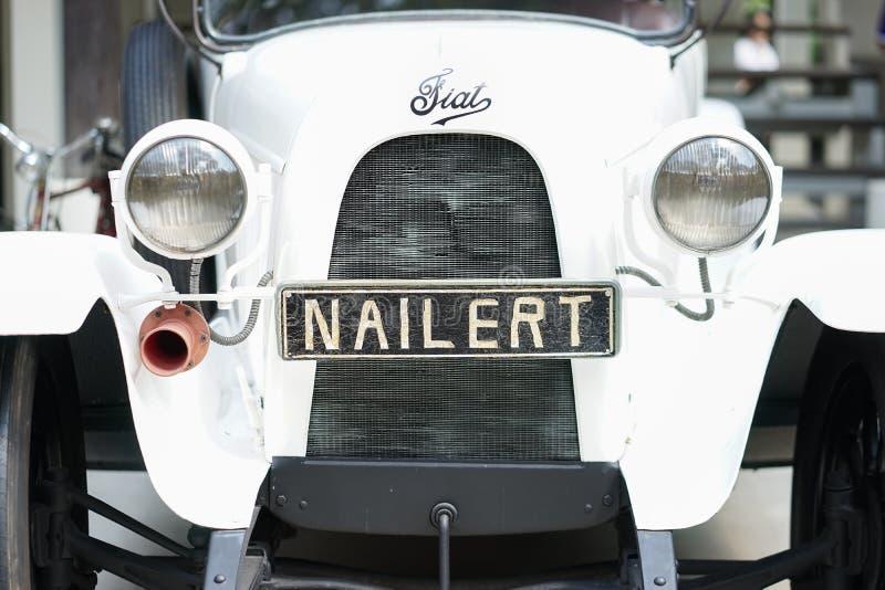 Bangkok, Tailandia - 23 de febrero de 2019: Una foto de un coche blanco de Fiat con la etiqueta del dueño Nailert Este coche viej fotos de archivo
