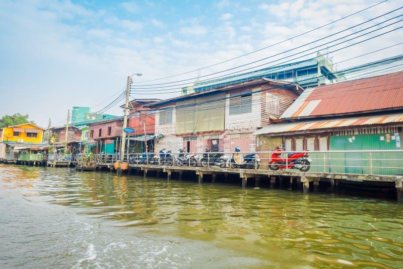 BANGKOK, TAILANDIA - 9 DE FEBRERO DE 2018: Vista al aire libre del edificio en la orilla cerca del río Chao Phraya tailandia imágenes de archivo libres de regalías