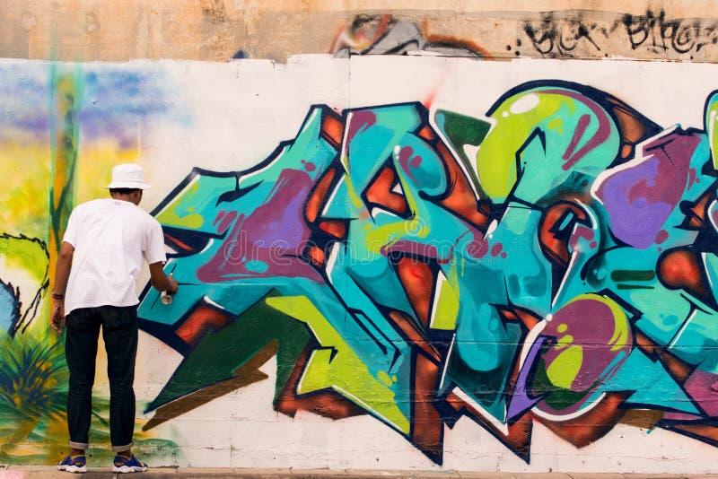 BANGKOK TAILANDIA: 8 DE JULIO: PA tailandés joven de la botella del espray del color del muchacho imagen de archivo