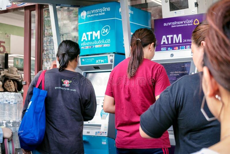 BANGKOK, TAILANDIA - 2 DE JUNIO: Los usuarios innomados hacen transacciones en las máquinas del cajero automático de Krunthai Ban fotos de archivo