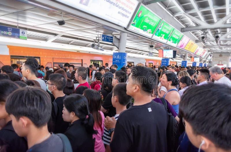 BANGKOK, TAILANDIA - 29 DE JUNIO: Paquetes de los viajeros de la hora punta encima de la plataforma del BTS Skytrain en la estaci imágenes de archivo libres de regalías