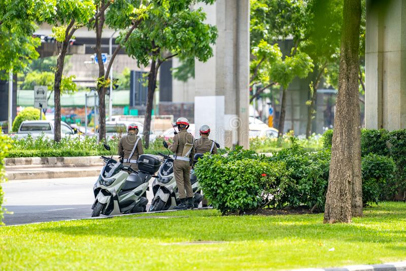 Bangkok, Tailandia - 17 de junio de 2018: Tres policía de tráfico de Tailandia/poli de servicio en el camino cerca del empalme, B fotografía de archivo