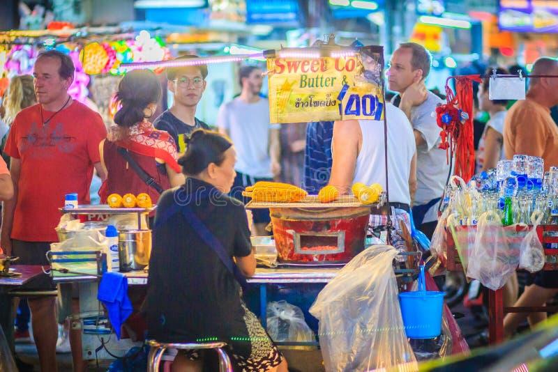 Bangkok, Tailandia - 2 de marzo de 2017: Maíz dulce asado a la parrilla con la mota fotografía de archivo