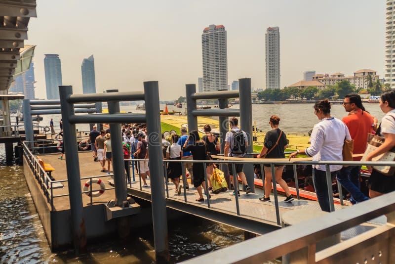 Bangkok, Tailandia - 2 de marzo de 2017: Pasajeros en el embarcadero de Sathorn, a imágenes de archivo libres de regalías