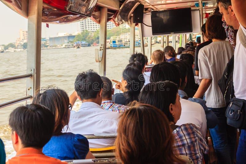 Bangkok, Tailandia - 2 de marzo de 2017: Pasajeros en el embarcadero de Sathorn, a imagen de archivo libre de regalías