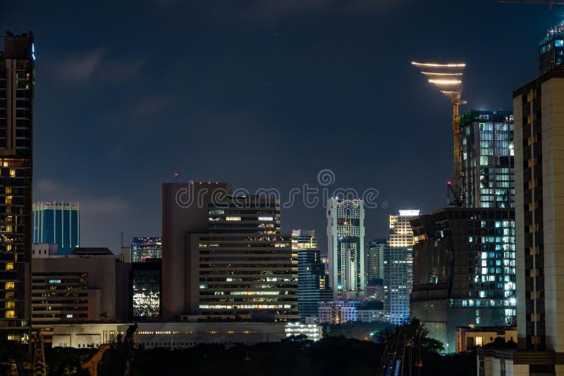 Bangkok, TAILANDIA - 30 de marzo de 2019: En la noche de Sathorn la zona es una de área del centro de negocios , Bangkok, Tailand imagen de archivo libre de regalías