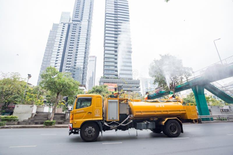 Bangkok Tailandia: 16 de marzo de 2019: Los funcionarios municipales inyectan el agua de alta presión en el aire en el camión imágenes de archivo libres de regalías