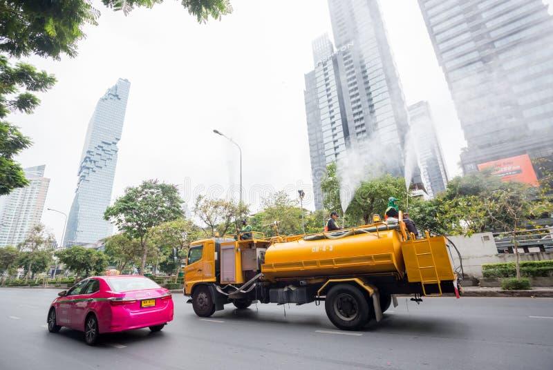 Bangkok Tailandia: 16 de marzo de 2019: Los funcionarios municipales inyectan el agua de alta presión en el aire en el camión foto de archivo