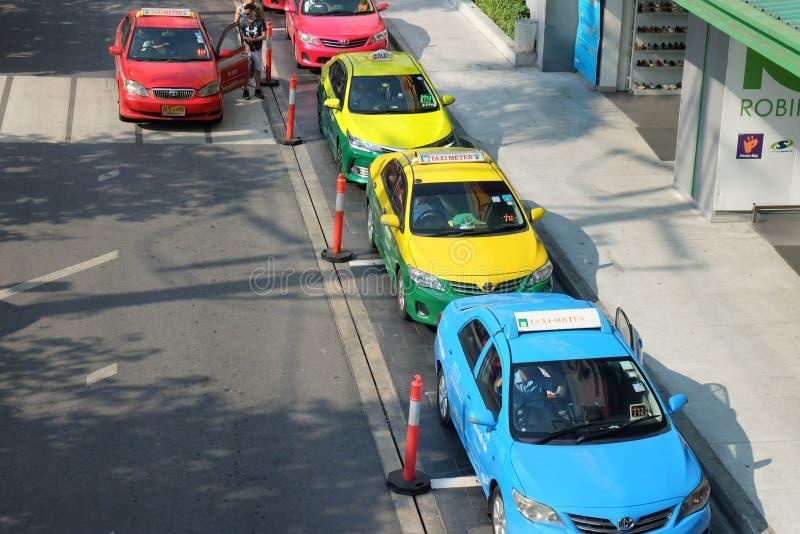 Bangkok, Tailandia - 14 de marzo de 2018: Los taxis están esperando a pasajeros El frente del departamento del cuadrado de Seacon imágenes de archivo libres de regalías