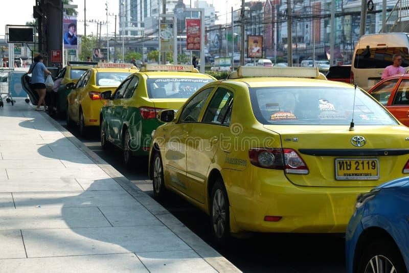 Bangkok, Tailandia - 14 de marzo de 2018: Los taxis están esperando a pasajeros El frente del departamento del cuadrado de Seacon fotos de archivo