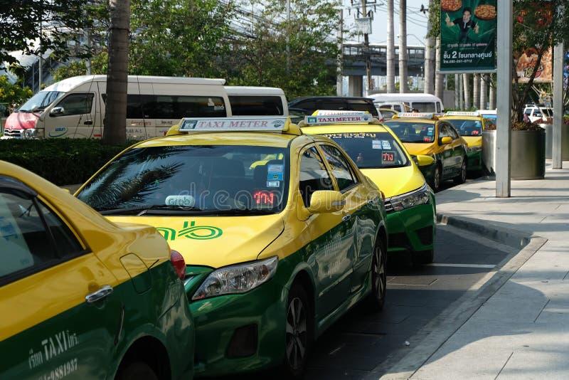 Bangkok, Tailandia - 14 de marzo de 2018: Los taxis están esperando a pasajeros El frente del departamento del cuadrado de Seacon foto de archivo libre de regalías