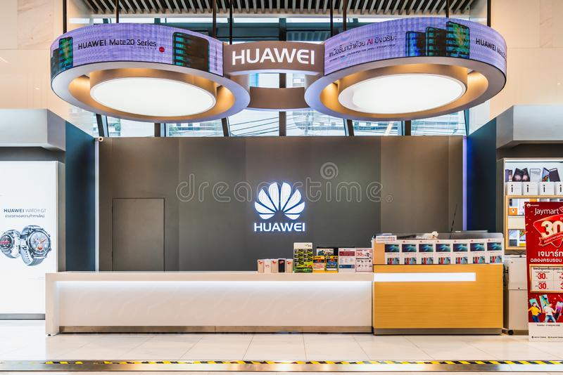 Bangkok, Tailandia - 24 de mayo de 2019: Cabina de la tienda al por menor de Huawei con la exhibición y los folletos del producto imagen de archivo