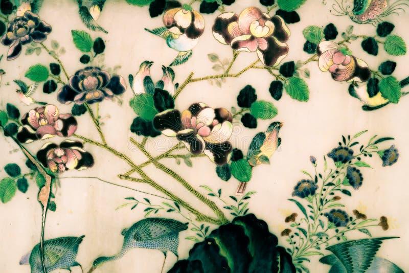 Bangkok, Tailandia - 18 de mayo de 2019: El ?rbol y las pinturas del arte de las flores en las tejas a lo largo de las galer?as d foto de archivo