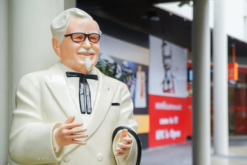 BANGKOK, TAILANDIA 20 de mayo de 2017: Estatua de coronel Harland Sanders que se coloca delante de restaurante del pollo frito de imagenes de archivo