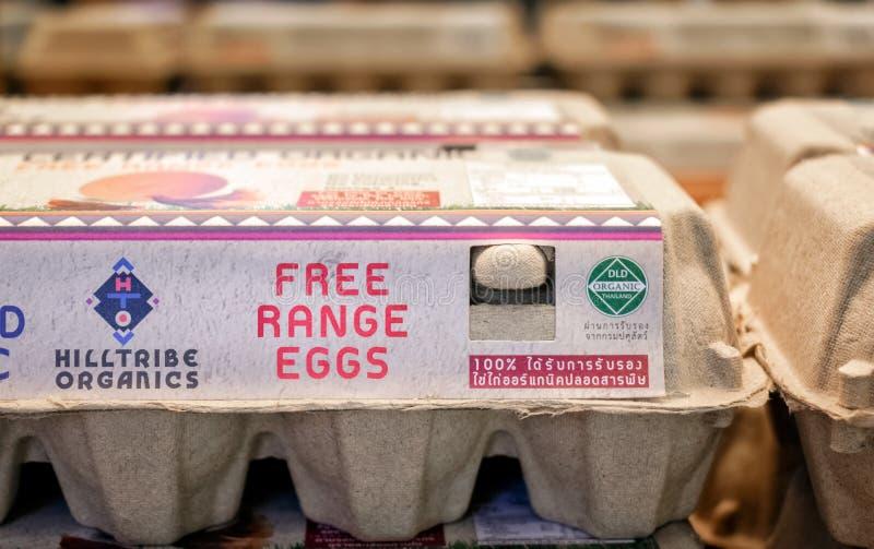 BANGKOK, TAILANDIA - 20 DE MAYO DE 2019: Huevos orgánicos de la gama libre de la materia orgánica de Hilltribe en el cartón de pa fotografía de archivo