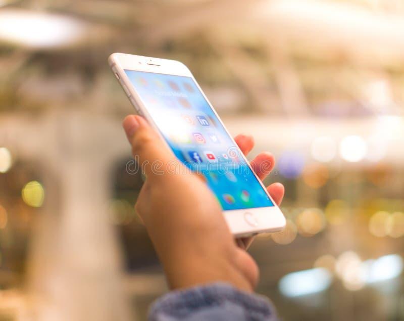 Bangkok, Tailandia - 16 de mayo de 2018: iPhone intermedio social mobil del app foto de archivo