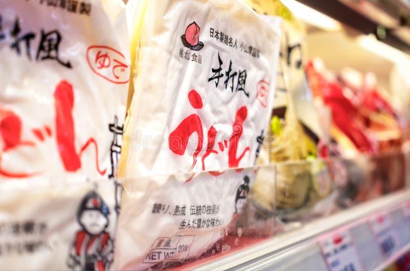 BANGKOK, TAILANDIA - 27 DE MAYO DE 2016: Los tallarines japoneses precocinados del Udon embalan en el estante refrigerado de un s imagen de archivo libre de regalías