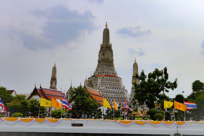 Bangkok, Tailandia - 18 de mayo de 2019: Sit?an a Wat Arun, localmente conocido como Wat Chaeng, en el banco del oeste de Thonbur imágenes de archivo libres de regalías