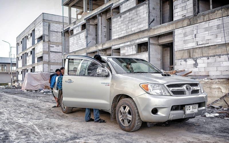 BANGKOK, TAILANDIA - 11 DE MAYO: Trabajadores de transportes no identificados de la camioneta pickup de Toyota Hilux en el emplaz foto de archivo