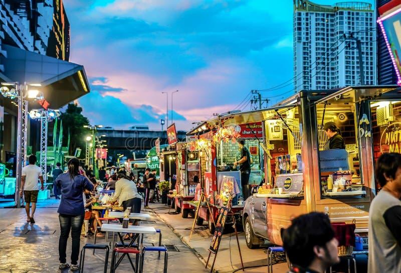 BANGKOK, TAILANDIA - 10 de noviembre de 2017: La gente se uni? a acontecimiento del foodtruck en la noche, feliz a la comida de c fotos de archivo libres de regalías