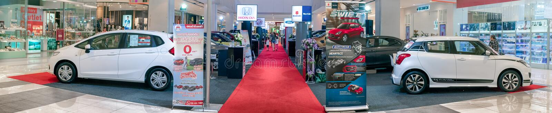 BANGKOK, TAILANDIA - 10 DE NOVIEMBRE: Los diversos distribuidores autorizados de diversas marcas muestran los nuevos coches en el fotografía de archivo libre de regalías