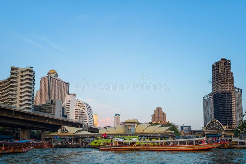 Bangkok, Tailandia - 16 de noviembre de 2018: Pasajeros en el embarcadero de Sathorn, a fotografía de archivo