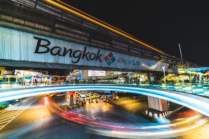 Bangkok, Tailandia - 25 de noviembre de 2017: Rastro del semáforo en el empalme de camino cerca del centro comercial de MBK en Ba imagen de archivo