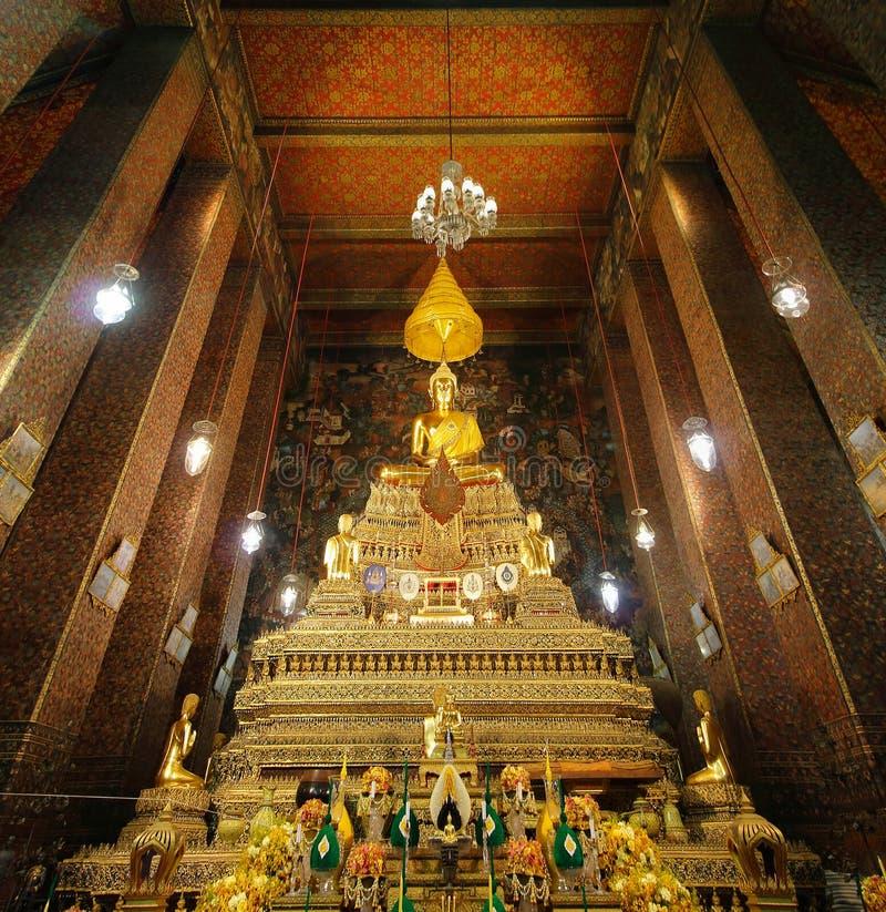 BANGKOK, TAILANDIA - 3 DE NOVIEMBRE DE 2018: Una escultura hermosa de Buda situada dentro del pasillo principal de Wat Phra Chetu fotos de archivo libres de regalías